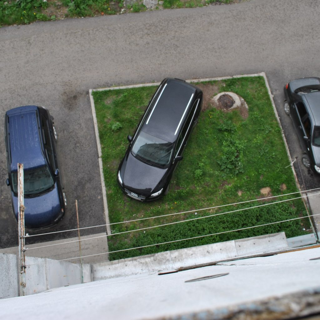 5 000 руб – штраф за парковку на газонах
